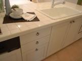 真っ白+白いタイルのキッチン