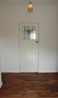 白い木製ドアにステンドグラス